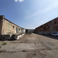 Proprietate industrială, compusă din teren intravilan în suprafata de 20.466 mp și 16 construcții SC = 6.737 mp si SU = 4.810 mp, situată în localitatea Podari, la periferia orașului Craiova